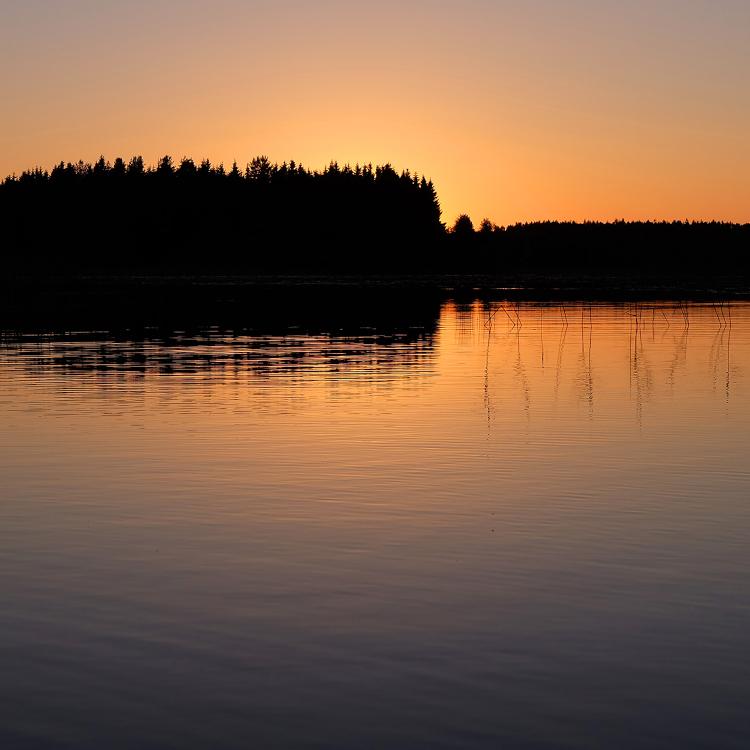 夏の思い出を彩る特別なきらめき 白夜の季節の光の時間