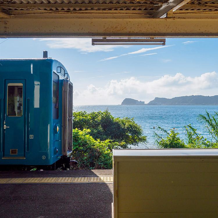 ビーチを見下ろす弓なりのホームと、にぎわいの面影 和歌山県・湯川駅