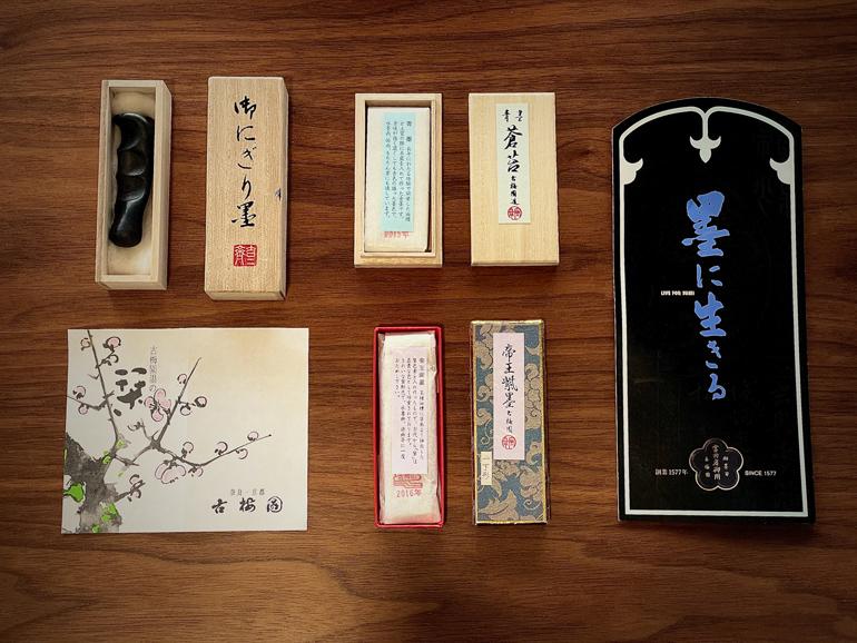 私の墨コレクション。にぎり墨(左上)、藍色の墨(中央上)、紫色の墨(中央下)