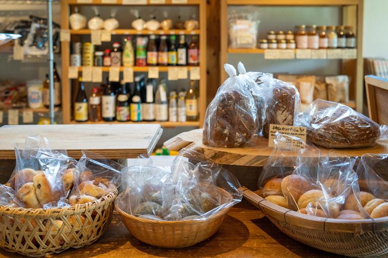 きらりと光る野菜の甘み。5000人の町で「地産地食」をまわすパン屋 /かまパン&ストア