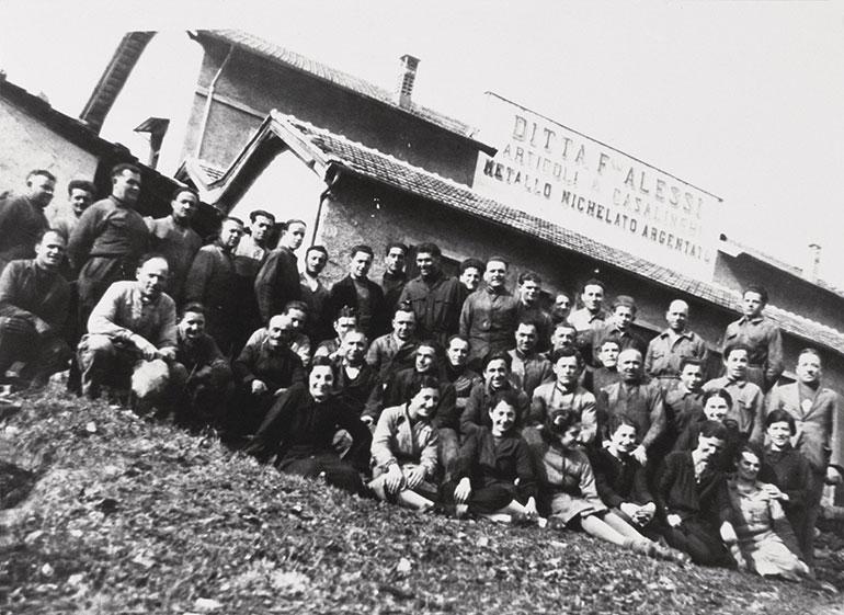 アレッシィ兄弟社の社屋と従業員たち。1930年代(Alessi提供)
