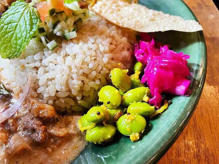 ポリヤルやマリネなどの副菜が色彩的にも味的にもアクセントに