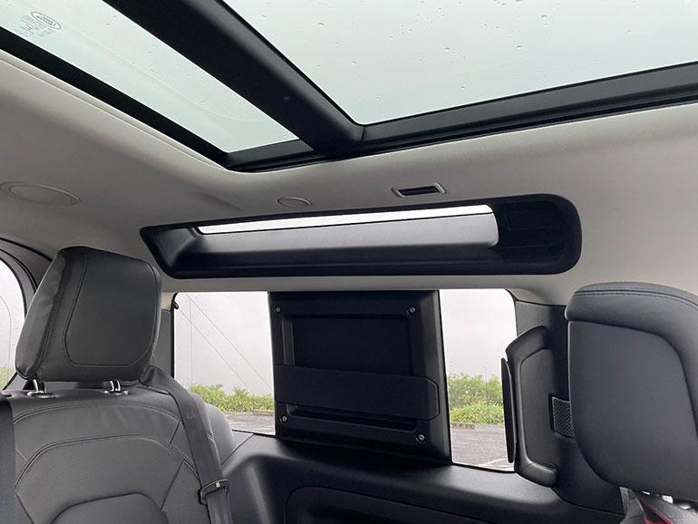 後席の頭上にはアルパインライトなる明かり採りが設けられている