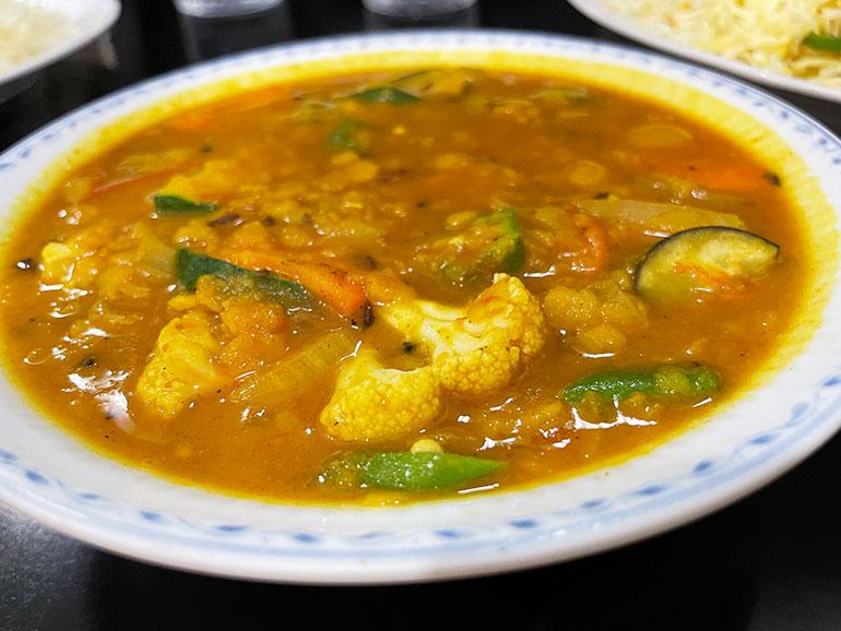 豆のルーに野菜のエキスが溶け込んだ優しい味の「サンバル」