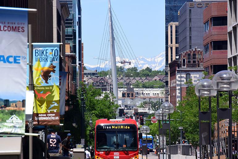 16番街。かなたにはロッキー山脈が見えます