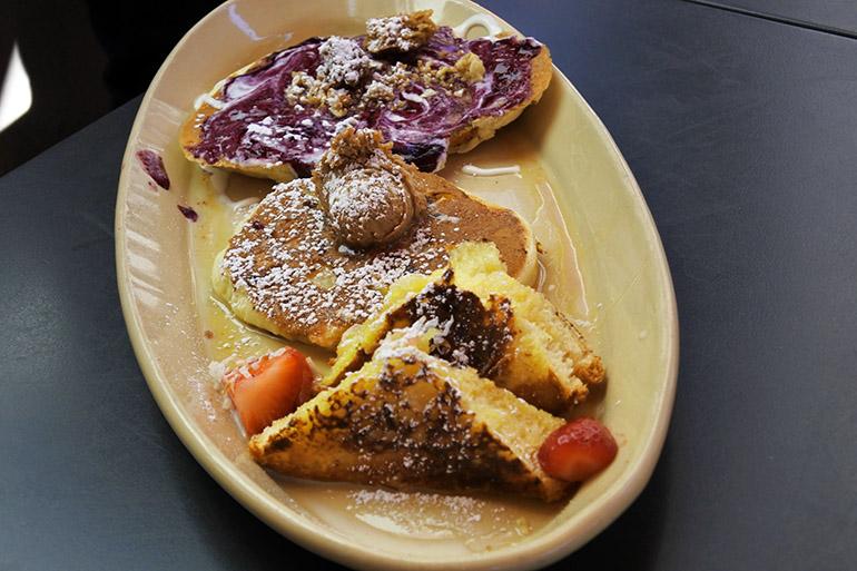 日替わりメニューも盛り込む「パンケーキ・フライト」。グリーンチリをたっぷりかけたブリトーも人気