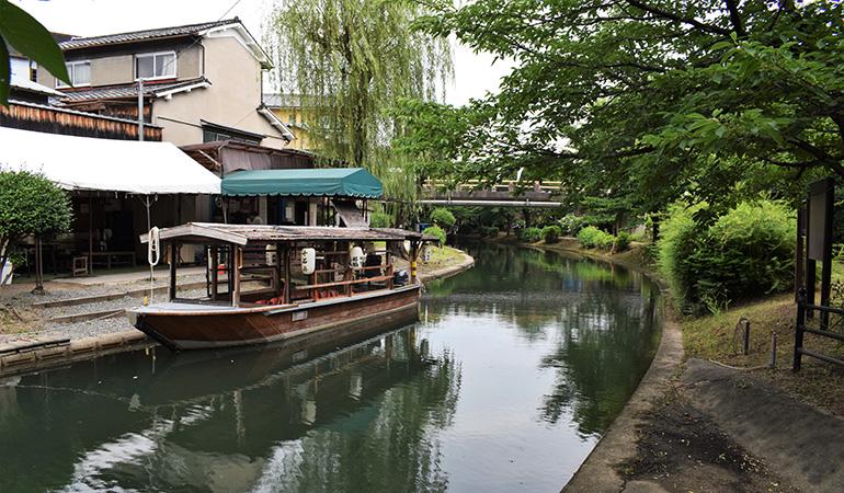 宇治川派流。十石舟での遊覧もできる。水運が主流の時代はもっと川幅が広かったという