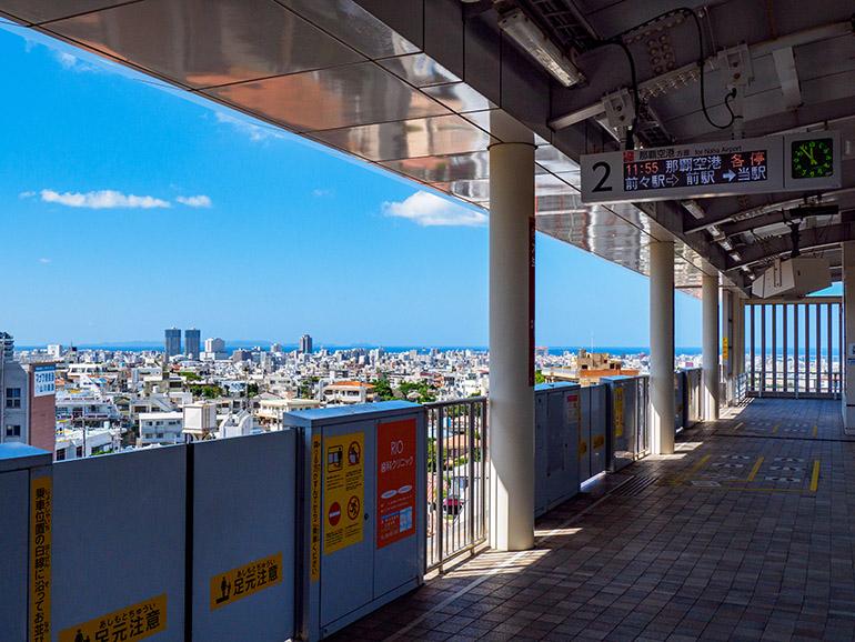 ホームから那覇市街と東シナ海を一望できる