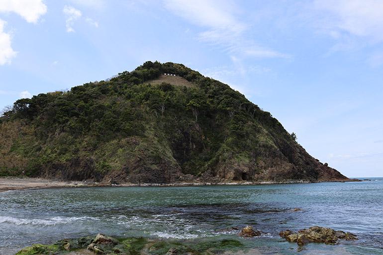 東麓(とうろく)の海岸から見上げる大崎城