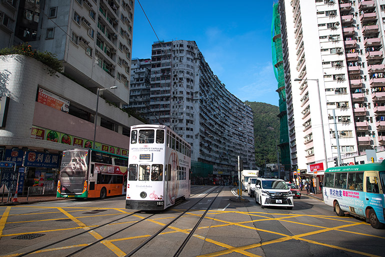 街中を走る二階建てバス