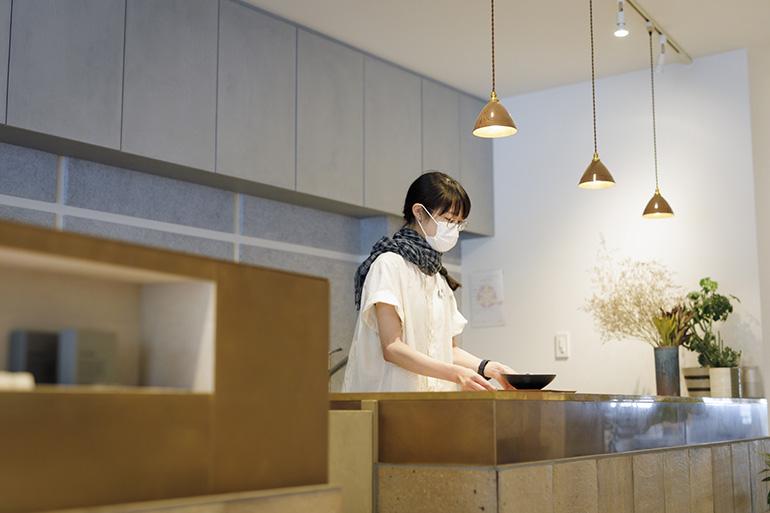 フードスタンドのドリンクやお菓子は、うつわを1万円以上購入で1オーダー無料。不定期でイベントやワークショップも開催