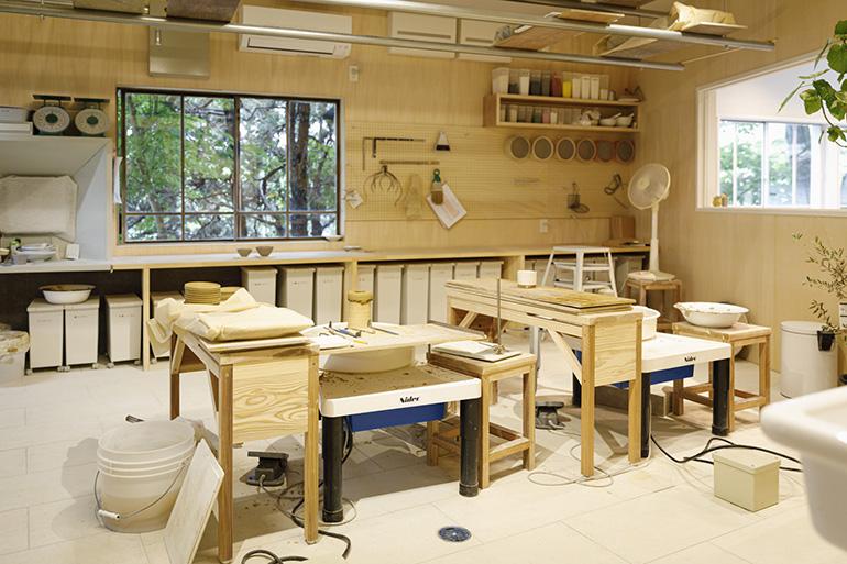 シンプルな内装に光の差し込む工房。道具や粘土、釉薬(うわぐすり)の材料などが並ぶ