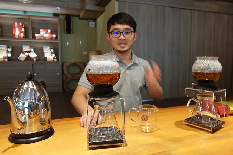 台湾紅茶の飲み比べは英語でも説明してくれる