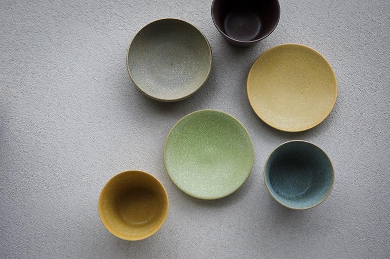 勉強中の職人の習作を色とりどりの釉薬で仕上げた「TOKINOTANE」シリーズ。通常のラインナップより手頃な価格も魅力