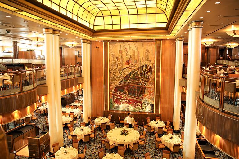 クイーン・メリー2のブリタニア・レストラン。2階建てで壁画が美しい=上田英夫撮影