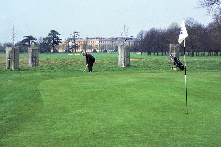 英国の歴史ある宮殿をバックに球を打つ=上田寿美子撮影