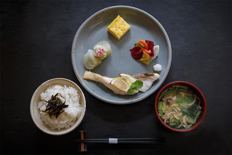 「一汁三菜」(1600円・税込み)。献立は日替わりで、レモンとミントで漬け込んだ鯛がメイン。他、京都・亀岡の玉ねぎのふろふき・白味噌添え、プリンのような厚焼き卵、ハーブを使った浅漬け