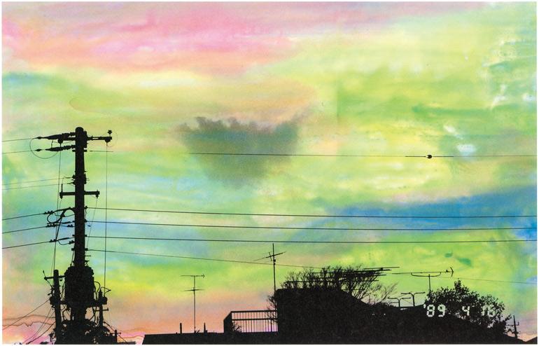 妻を亡くして、空ばかり撮るようになって生まれた傑作写真集「空景・近景」シリーズより。「空景」は、空にペインティングを施したもの。「近景」は身近なものが朽ちていく様をカメラに収めている