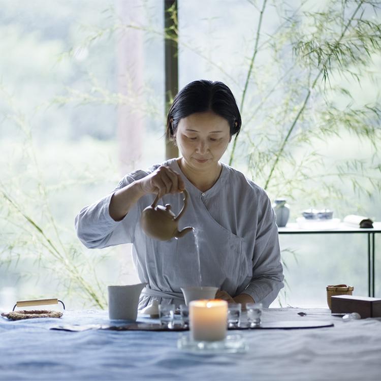 茶人の堀口一子(ほりぐち・いちこ)さんを招き、不定期で開催される中国茶会の様子