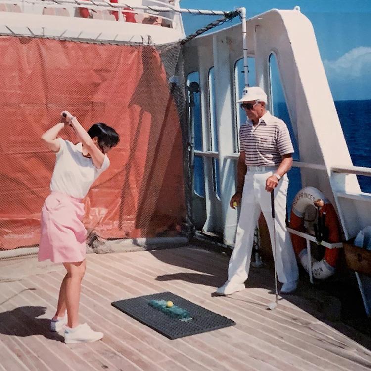船上のゴルフ練習場でティーチングプロのレッスン