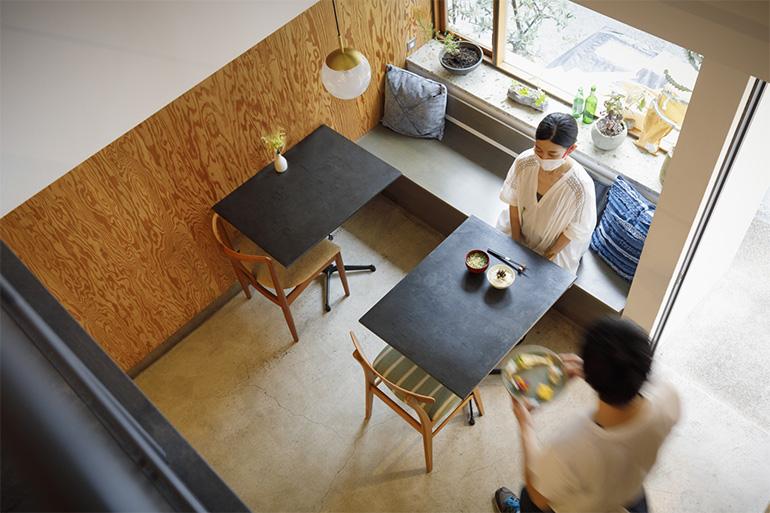 吹き抜けの空間が開放的な店内。京都市内の建築事務所「ikken」が手がけた