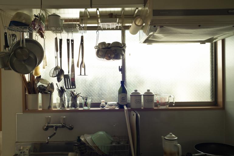料理ツールをハンギング。「収納が少ないのが台所の唯一の不満」