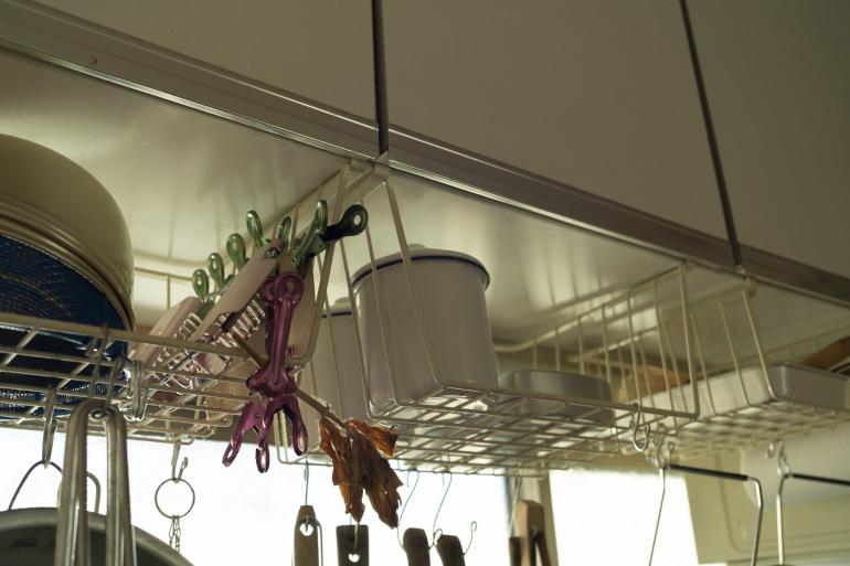 ワイヤネットは300円(ナチュラルキッチン)。針金を曲げてフックを自作