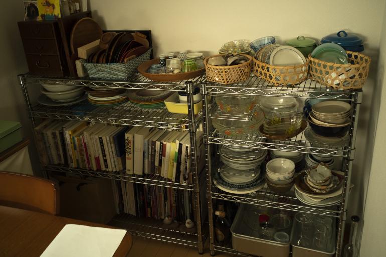 食器棚は持たず、客用も兼用でシェルフに収めている