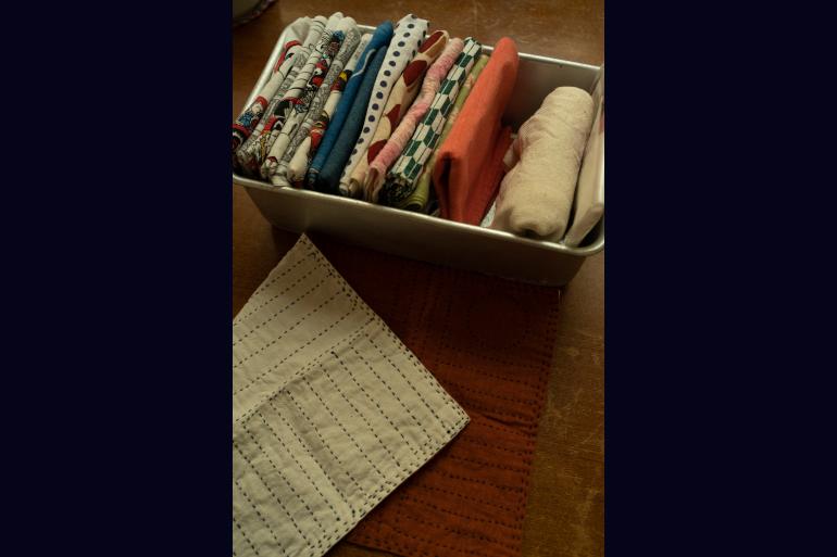 布巾や台拭きは立てて収納。刺し子は母の手作り