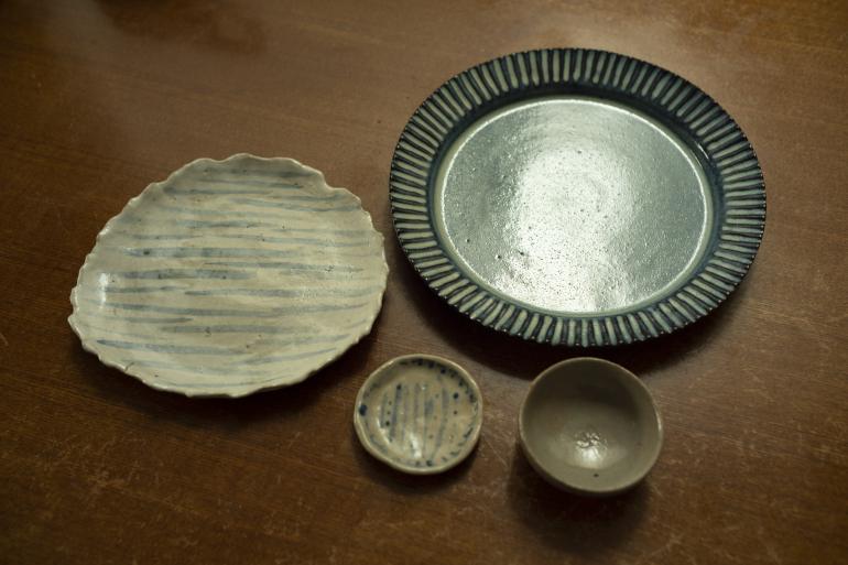 青い皿と豆皿(右)は初めて買った焼き物。福島の工人まつりにて。中皿は母の29年前の作。豆皿(左)は4歳の頃の自作