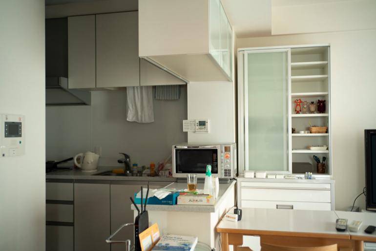 食器棚、家電、家具はほぼすべて前住人ユーコさんのもの