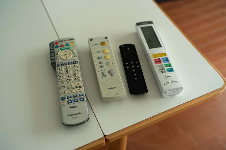 テレビ、エアコンなどのリモコン。全部ユーコさんの家電