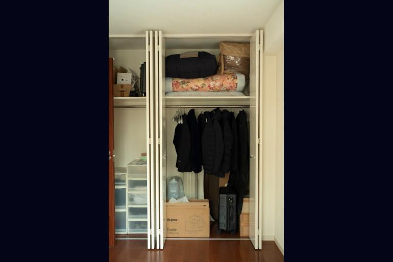 客用布団や黒いスーツケースはユーコさんが置いていったままにしている