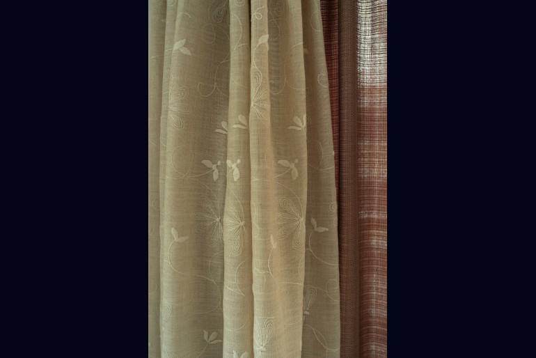 優しい色柄のオーダーカーテンからも元住人の好みが伝わる