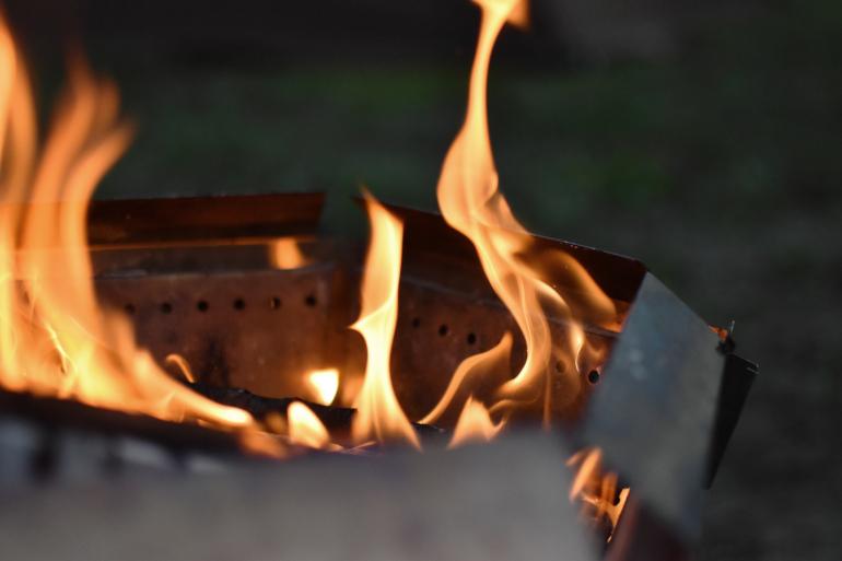 たき火ベタの救世主。折りたためる二次燃焼系たき火台「ヘキサファイアピット」