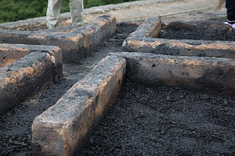 「金尾(かなわ)」と呼ばれる「大」の字の中心。火床に残る「消し炭」には厄よけや無病息災の力があると伝わる=撮影・津久井珠美