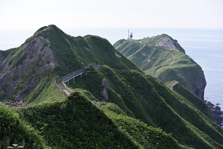 先端の灯台まで約770メートル。入り口には「女人禁制の門」と書かれたゲートがありますが、今は誰でも通ることができます