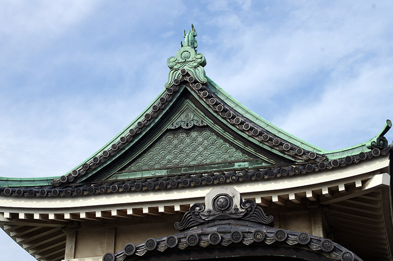 青海波が用いられた、銅板張りの妻飾