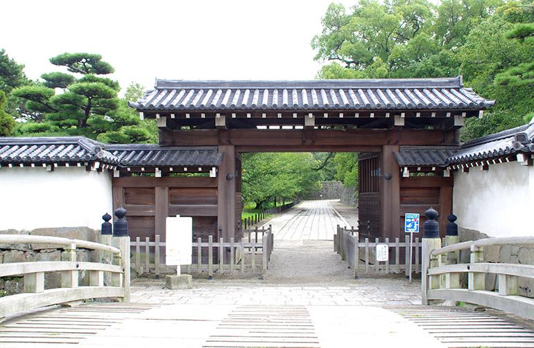復元された一の橋と大手門