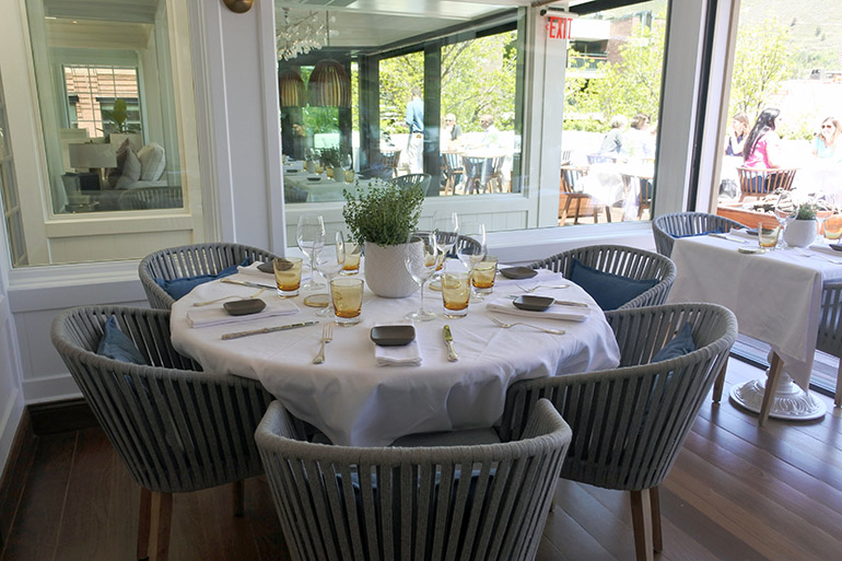 テーブルは店内とテラスに。陽光のいい季節はテラス席が人気