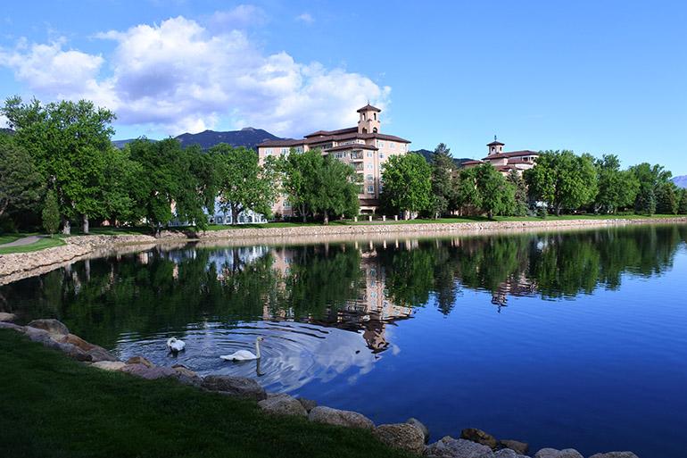 人造のシャイエン湖を中心にホテルは展開