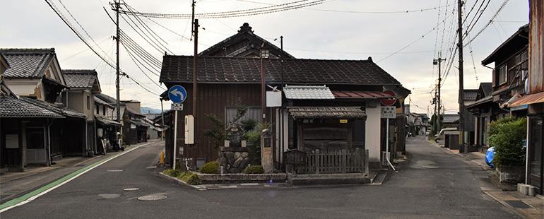 三筋町が1本に収れんする場所には、かつての高札場が復元されている。左が旧東海道(この先すぐに南の筋と分岐)