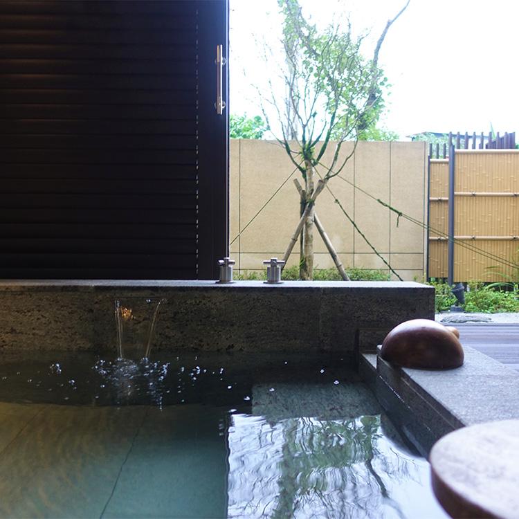 客室の露天風呂でとろりとした温泉を満喫=ザ・ウェスティン宜蘭リゾート