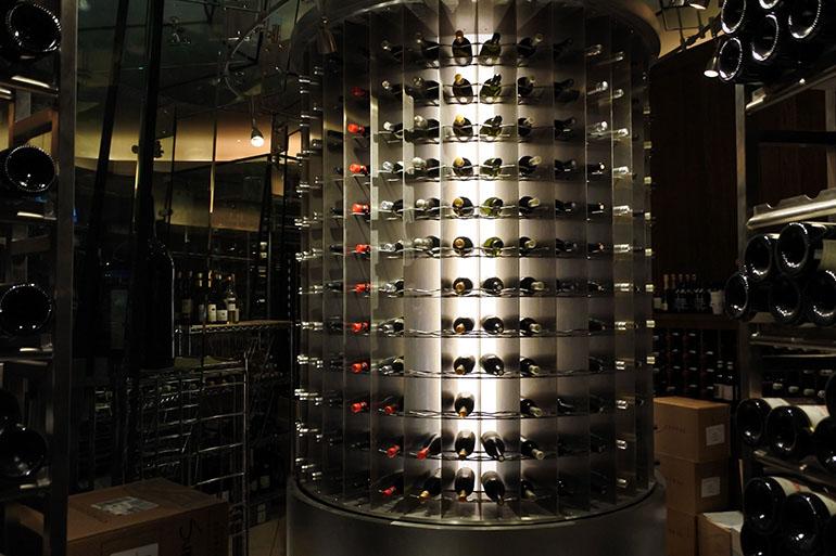 クラシカルなアメリカ料理をサーブする「サミット」のワインセラー