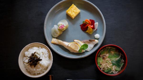 フルーツとハーブ効かせた焼き魚 新発想の京の朝食