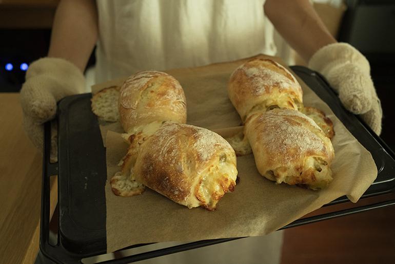 ハラペーニョオリーブのリュスティック(田舎風)。ハラペーニョの辛味がアクセントで外はカリッ、中はもっちり