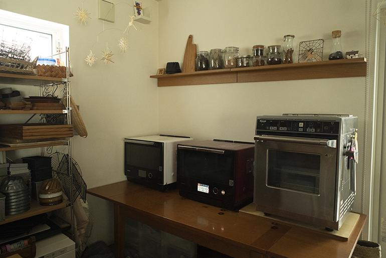 パン教室で使う電気オーブン。全部で4台とガスオーブン1台がある