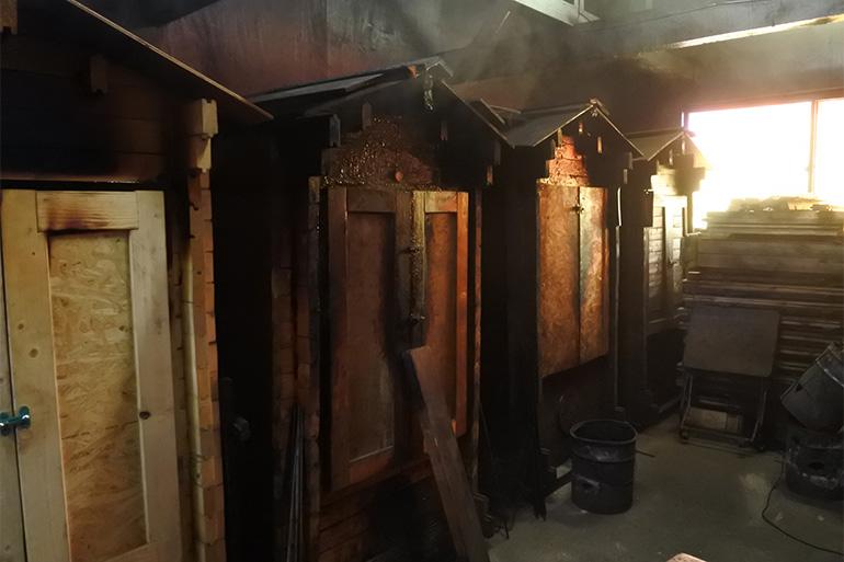 すすが年月の経過を教えてくれる燻製小屋。香りがマイルドになるブナの木を使用
