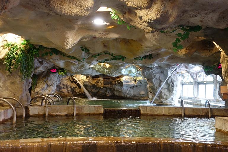 ダイナミックな洞窟風の室内浴場