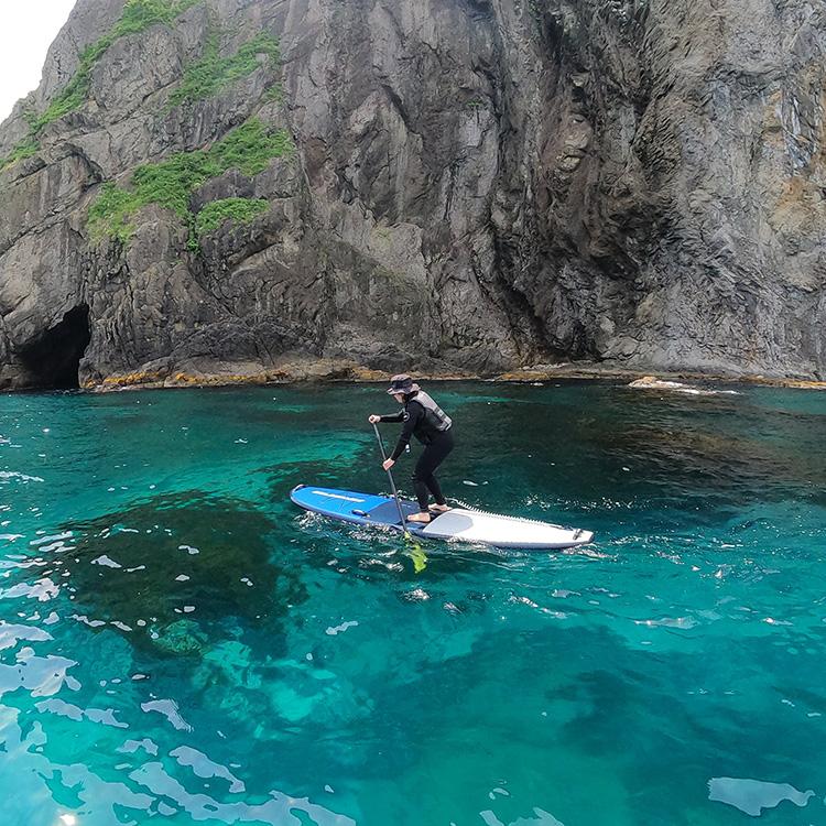 専用のサーフボードに立ち、バランスを取りながらパドルをこぐSUP(サップ)で青の洞窟へ行くツアーも人気©K-LABO SUP